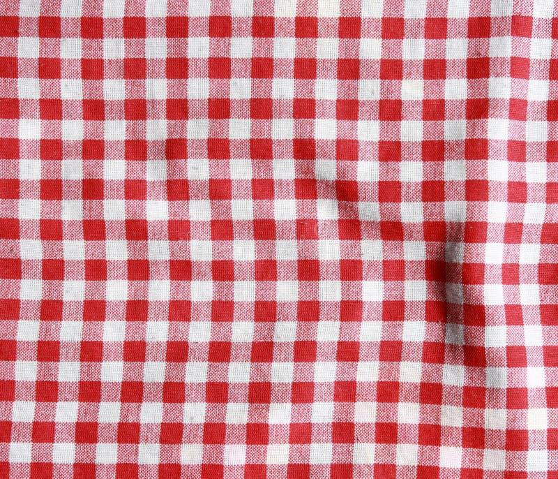 Textura de uma cobertura quadriculado vermelha e branca do piquenique fotos de stock