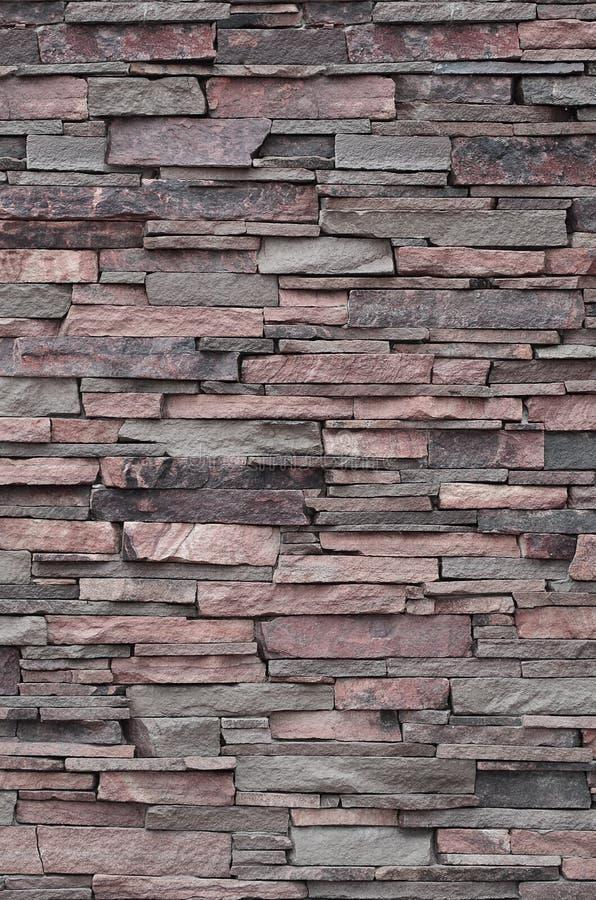 Textura de uma parede de pedra das pedras longas e ásperas de tamanhos e do tom diferentes imagem de stock royalty free