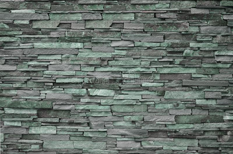 Textura de uma parede de pedra das pedras longas e ásperas de tamanhos e do tom diferentes foto de stock