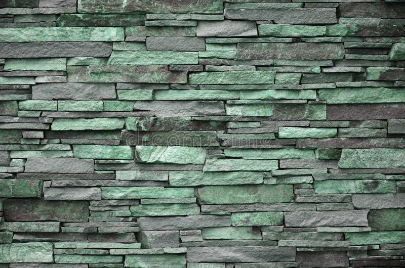 Textura de uma parede de pedra das pedras longas e ásperas de tamanhos e do tom diferentes fotos de stock
