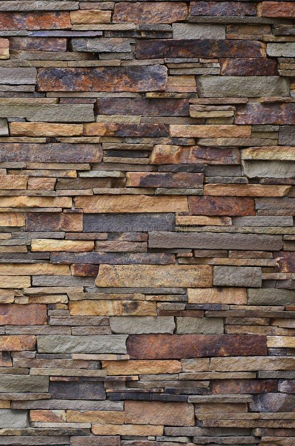 Textura de uma parede de pedra das pedras longas e ásperas de tamanhos e do tom diferentes fotos de stock royalty free