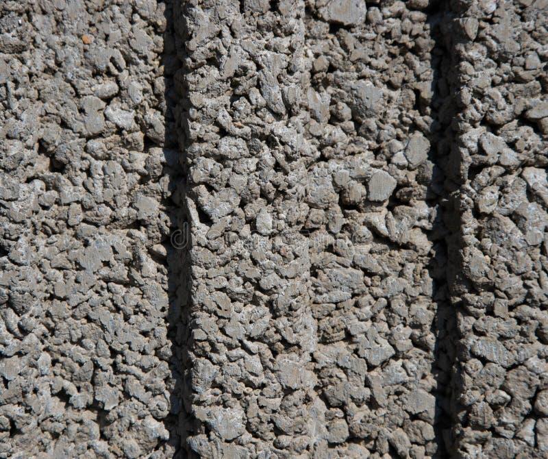 Textura de uma parede de pedras cinzentas pequenas, pequenas com duas ondulações no meio fotos de stock