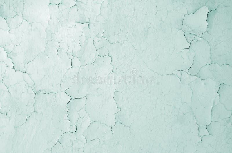 Textura de uma parede rachada cinzenta fundo azul tonificado fotos de stock royalty free