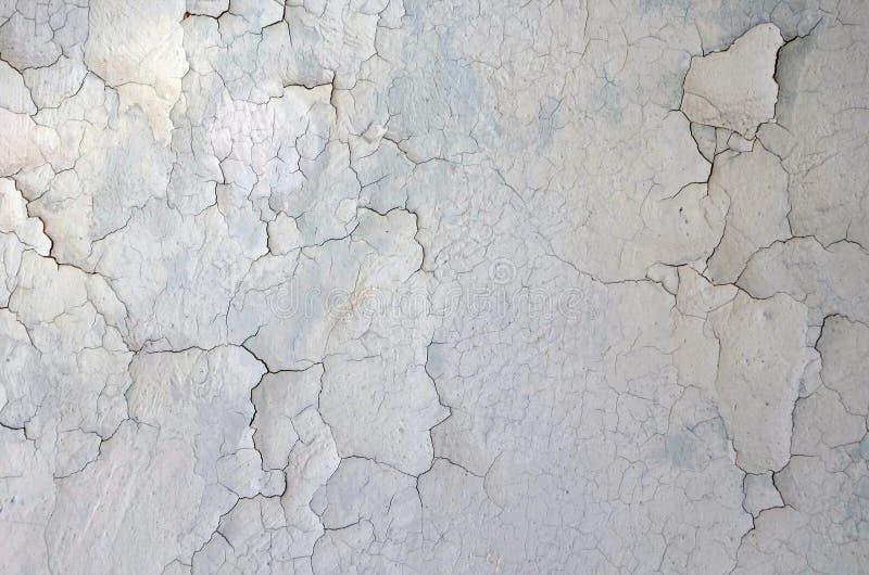 Textura de uma parede rachada cinzenta fundo seco velho imagem de stock royalty free