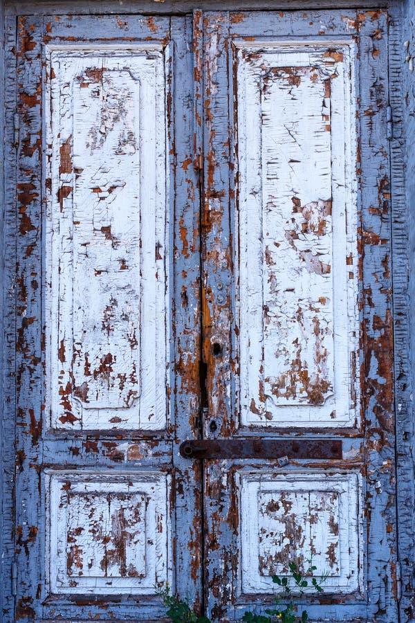 Textura de uma porta de madeira Uma porta de madeira com pintura da casca A pintura velha escalará da porta de madeira velha Text foto de stock