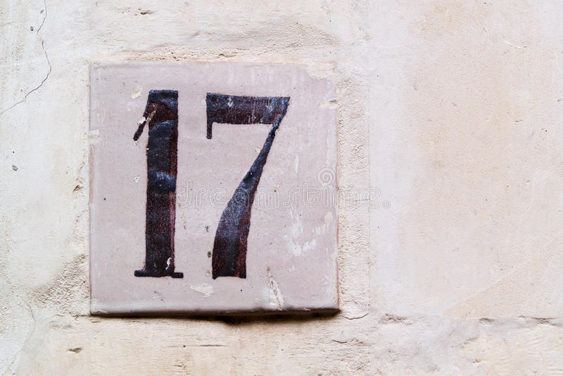 Textura de una pared con el número 17 foto de archivo libre de regalías