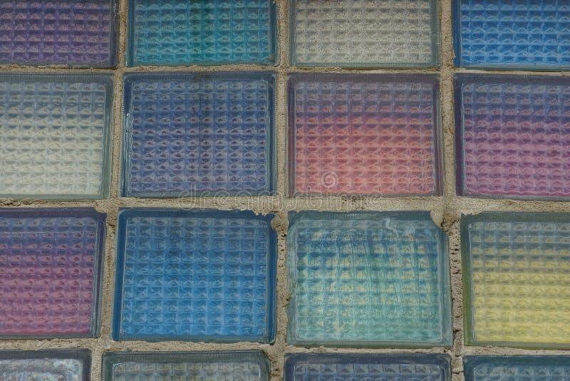 Textura de vidro colorida dos quadrados na parede foto de stock