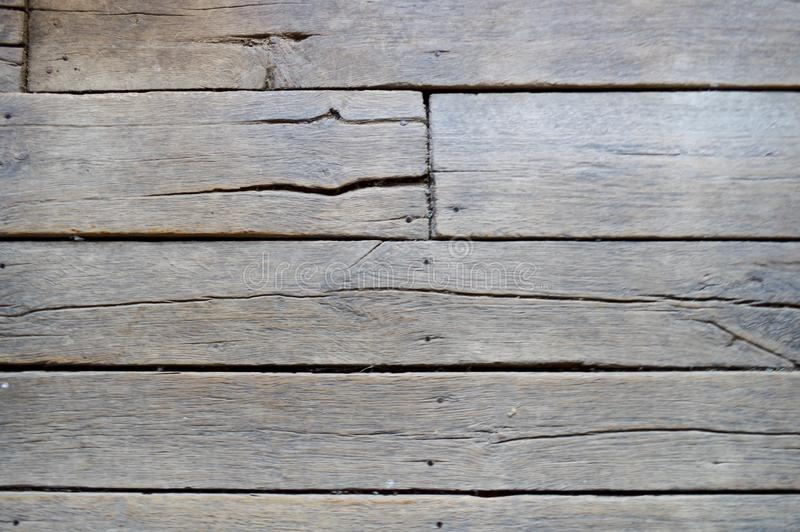 Textura de viejos tableros sin pintar de madera con las costuras, las grietas y los casquillos del clavo Los antecedentes fotos de archivo