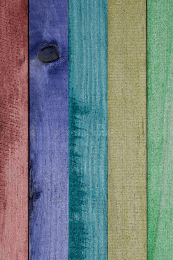 Textura del arco iris de madera natural colorido de los listones, rojo hermoso, púrpura, de azules turquesa, de amarillo y de ver fotografía de archivo libre de regalías