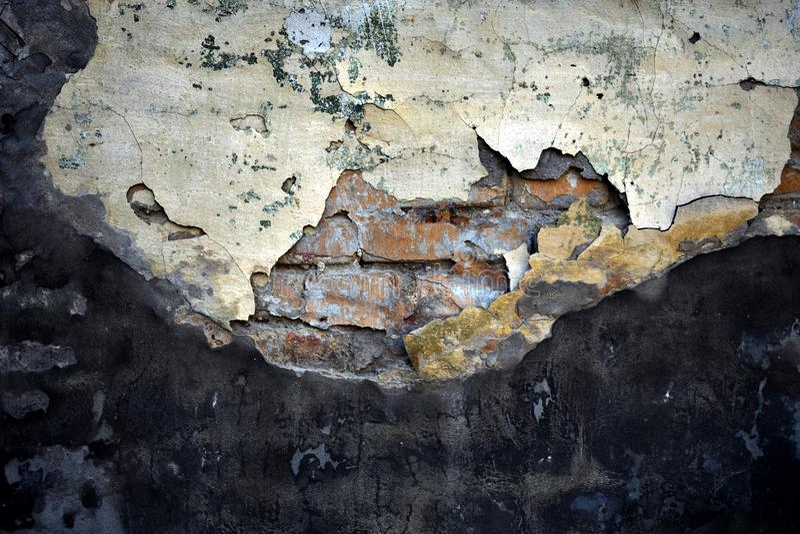 Textura del cemento roto viejo sobre la pared de ladrillo foto de archivo