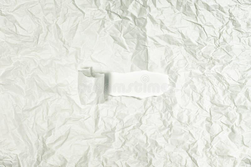 Textura del cierre de papel gris arrugado para arriba En el centro pequeño pedazo rasgado Fondo abstracto para las disposiciones imágenes de archivo libres de regalías