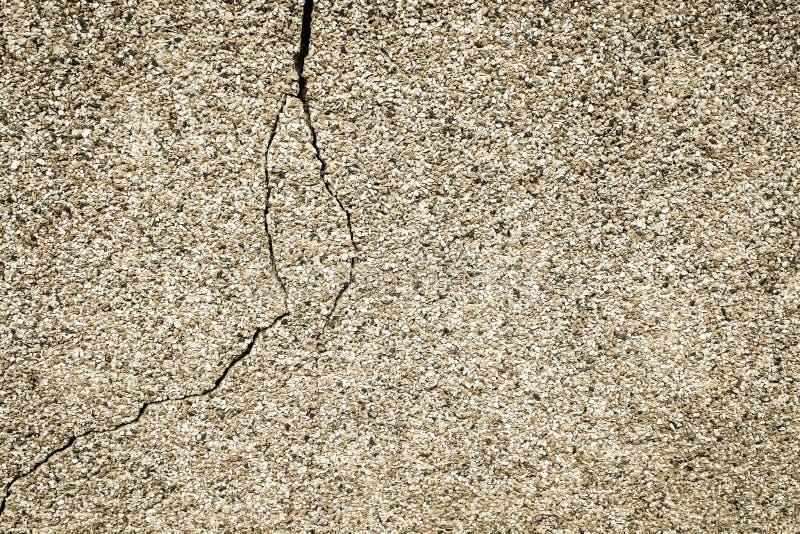 Textura del color de la arena de la pared del edificio, con una grieta foto de archivo libre de regalías