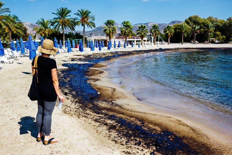 Textura del derrame de petróleo crudo en la playa del accidente del derrame de petróleo, bahía de Agios Kosmas, Atenas, Grecia de imágenes de archivo libres de regalías