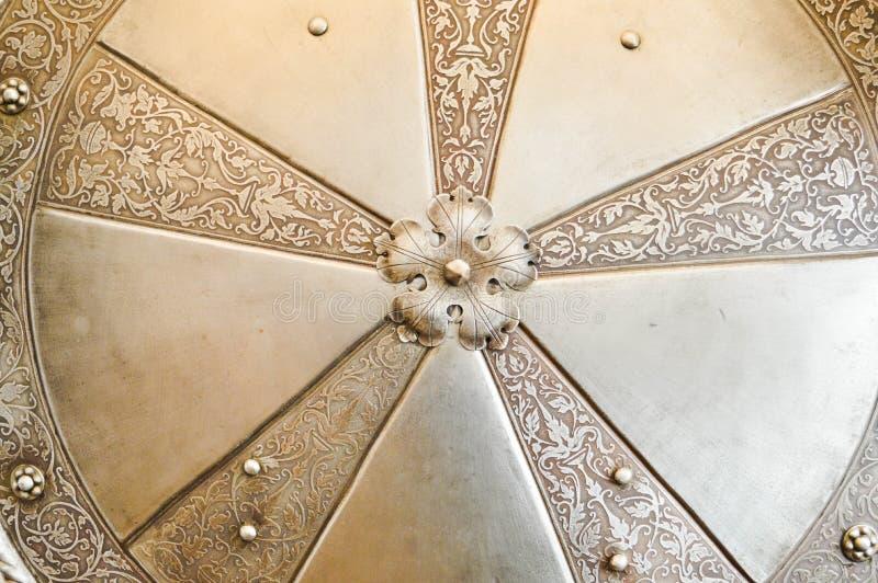 Textura del escudo redondo hermoso medieval medieval antiguo viejo fuerte de plata de la batalla del metal del hierro de la armad fotos de archivo libres de regalías