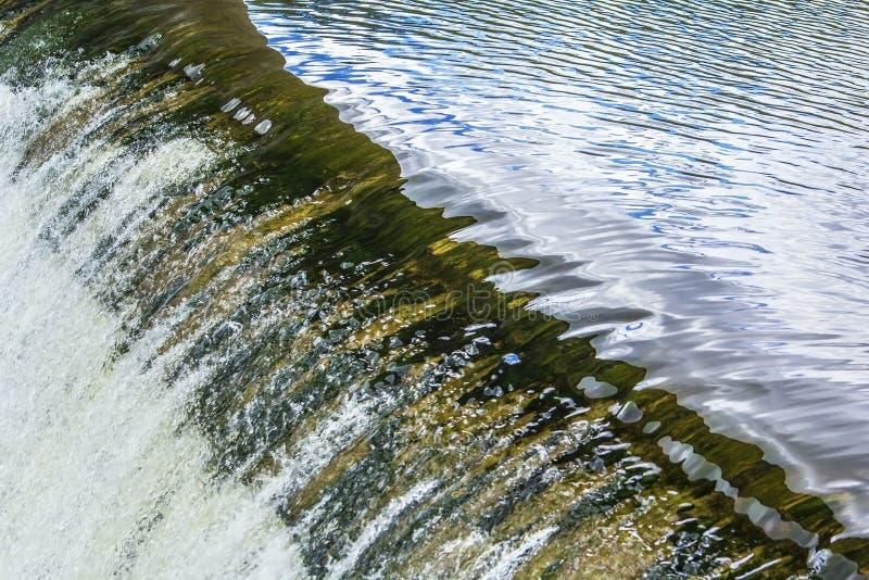 Textura del fondo de la agua corriente en la presa del río fotografía de archivo