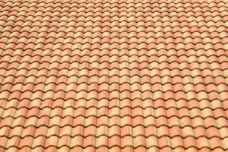 Textura del fondo de las tejas de tejado en filas regulares fotografía de archivo