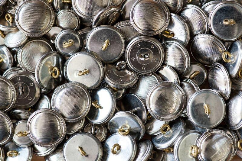 Textura del fondo de los botones redondos del metal plateado imagenes de archivo