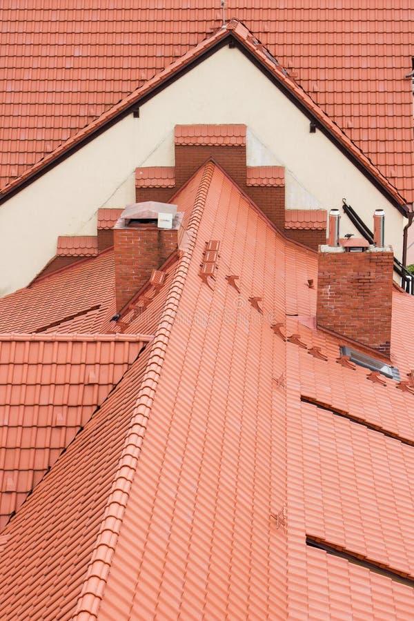 Textura del fondo de tejados rojo-tejados Ciérrese verticalmente para arriba foto de archivo