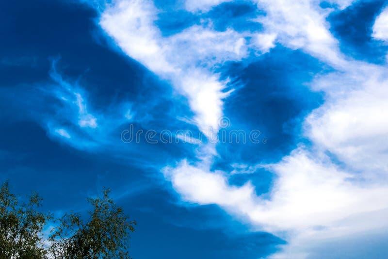 Textura del fondo natural, natural, brillante y de los ricos Cielo con las nubes Tiempo caliente fotografía de archivo