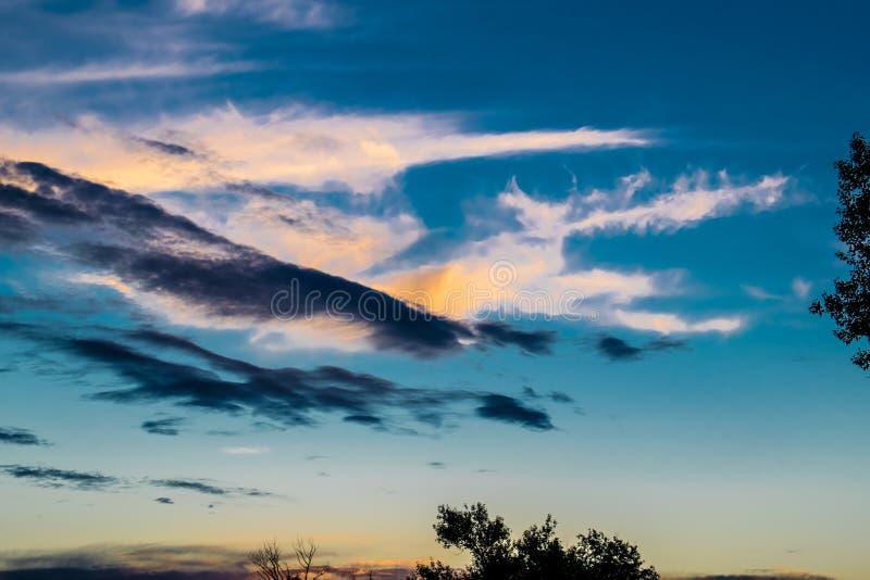 Textura del fondo natural, natural, brillante y de los ricos Cielo con las nubes Tiempo caliente fotografía de archivo libre de regalías