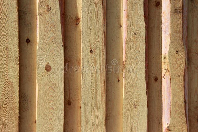 Textura del fondo Nueva pared de madera ligera hecha de tableros imagenes de archivo