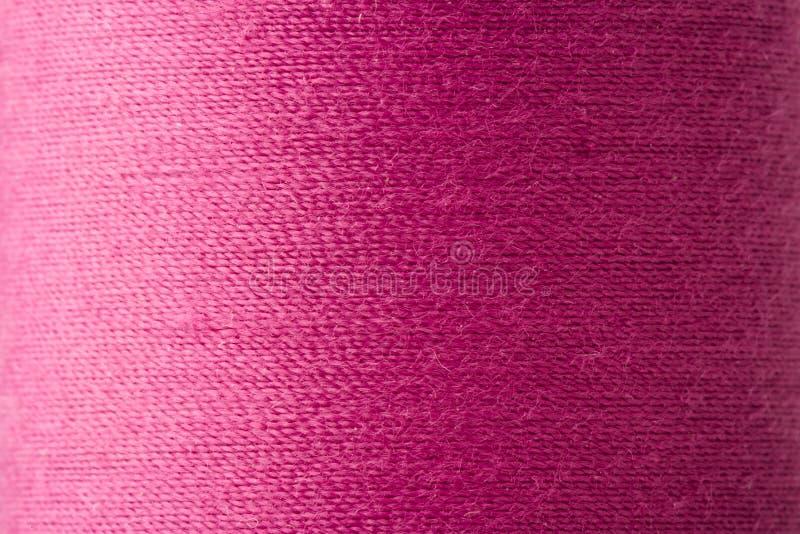 Textura del hilo magenta en carrete foto de archivo libre de regalías