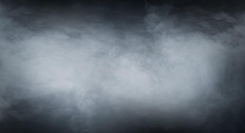 Textura del humo sobre fondo negro en blanco fotos de archivo libres de regalías