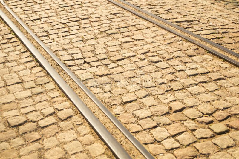 Textura del ladrillo carriles de la tranvía en la textura de piedra del pavimento fotos de archivo
