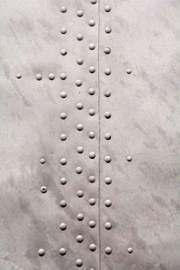 Textura del metal plateado con los remaches foto de archivo