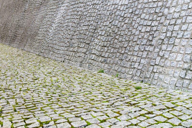 Textura del pavimento y de la pared del guijarro con el musgo imagenes de archivo