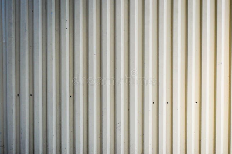 Textura del perfil industrial de la chapa blanca de la lata del metal del hierro con los tableros verticales para la cerca Los an foto de archivo