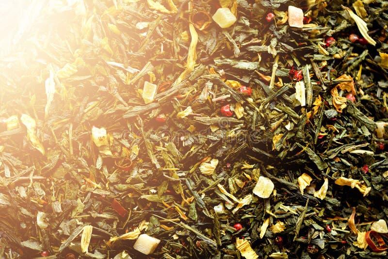 Textura del té verde con los pétalos secados de flores azules, calendula, aciano Fondo del alimento Herbario sano orgánico fotos de archivo libres de regalías