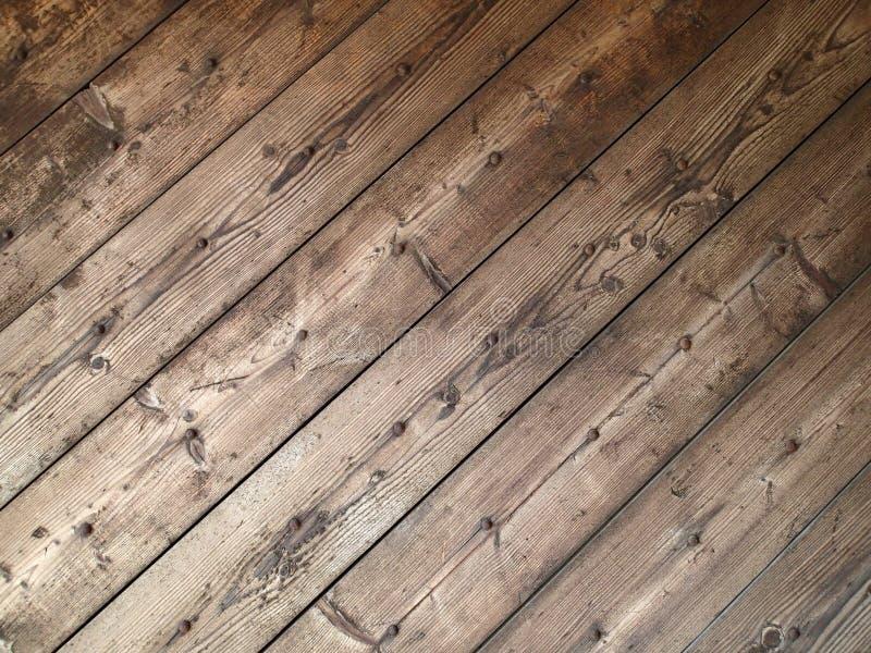 Textura diagonal de pranchas de madeira velhas com pregos oxidados imagens de stock