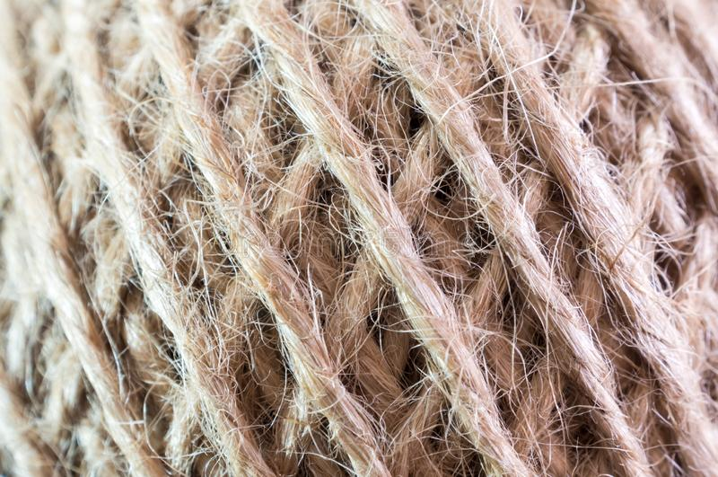 Textura do cabo rústico natural marrom do cânhamo no rolo imagens de stock