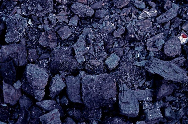 Textura do carvão queimado em um fogo obscuridade matizada - fundo azul imagem de stock royalty free