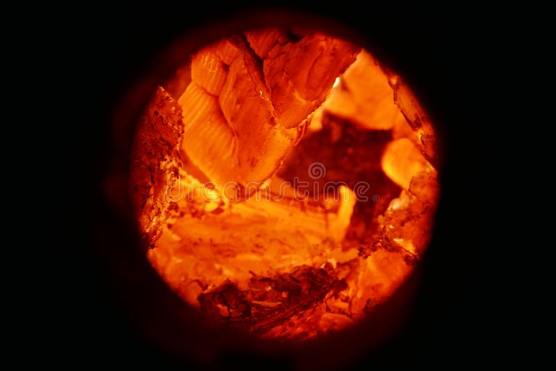 Textura do carvão vegetal de madeira de queimadura e de ascendente próximo das chamas imagem de stock