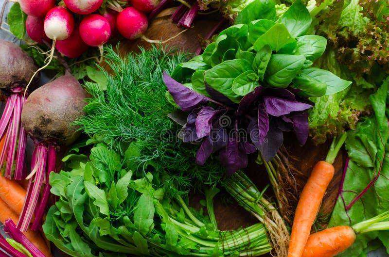 Textura do fundo com os vegetais orgânicos crus sortidos e as ervas Comer limpo saudável Vegetais coloridos diferentes em de made foto de stock