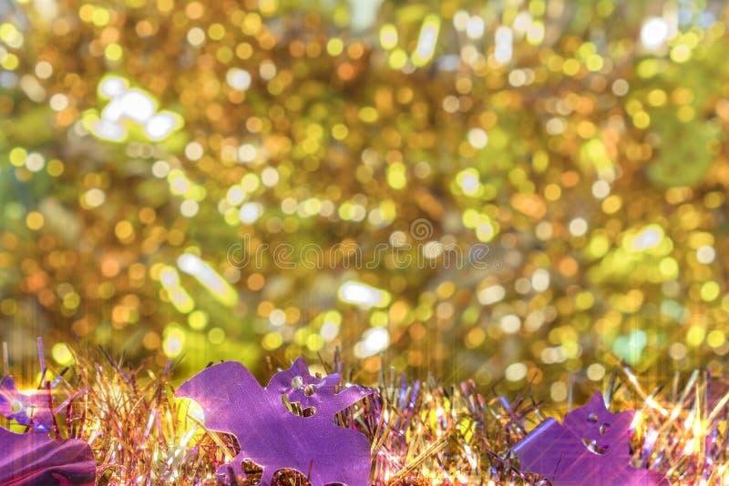 Textura do fundo completamente do bokeh dourado pequeno com deco das festões fotos de stock royalty free