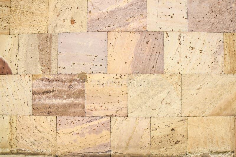 Textura do fundo da parede de pedra do tijolo do tufo fotos de stock