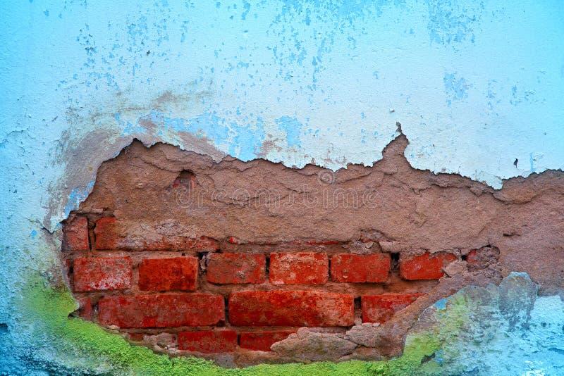 Textura do fundo da parede velha com emplastro da casca e da colagem fora de suas paredes de tijolo fotos de stock royalty free