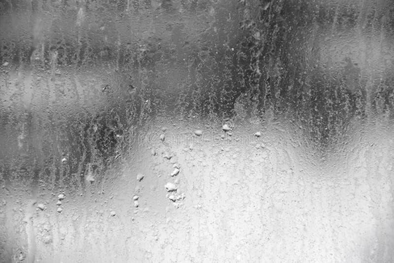 Textura do fundo de uma gota da água no vidro sujo imagens de stock