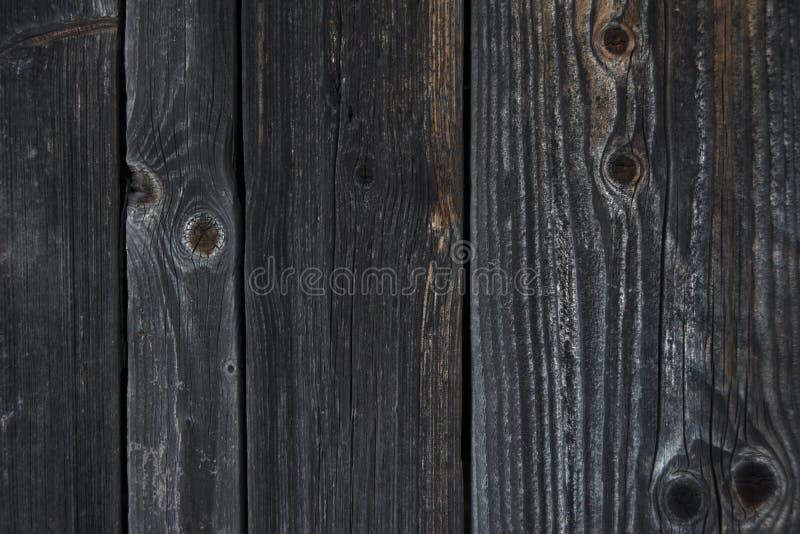 Textura do fundo de uma parede de logs e de placas de madeira idosos imagens de stock royalty free
