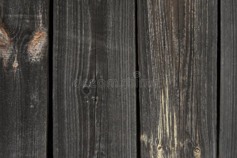 Textura do fundo de uma parede de logs e de placas de madeira idosos imagens de stock