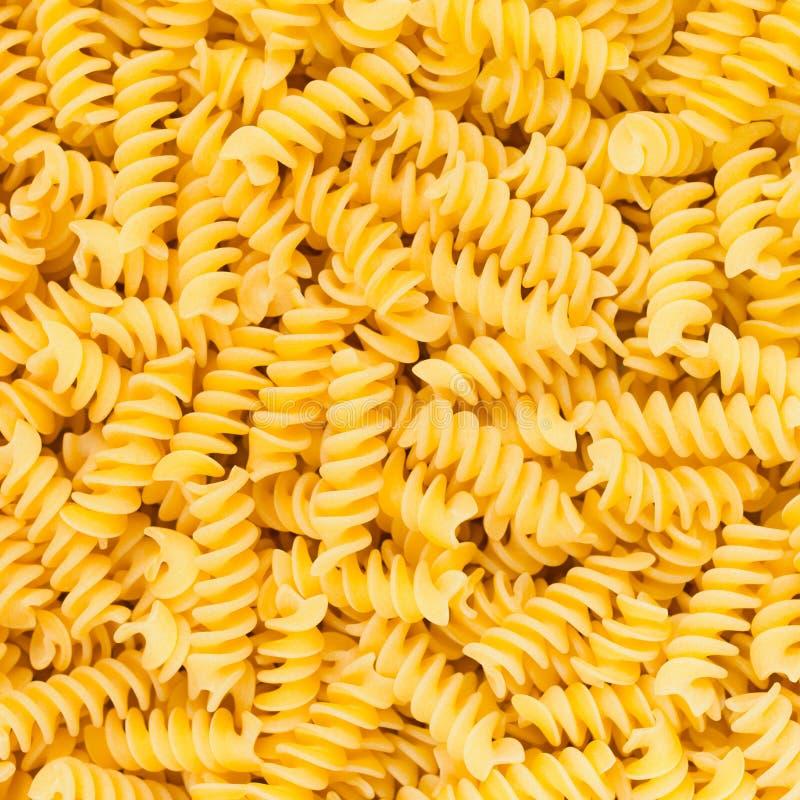 Textura do fundo do alimento da massa do macarrão do italiano Fusilli, do Rotini ou do Scroodle fotografia de stock
