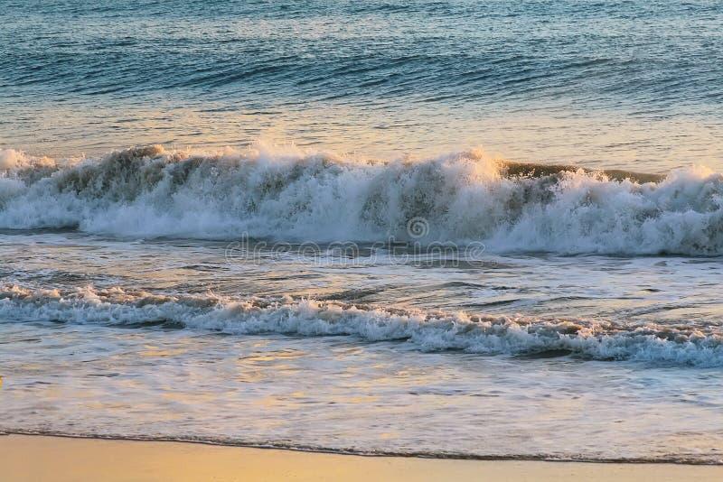 Textura do fundo do mar com onda e Sandy Beach fotos de stock royalty free