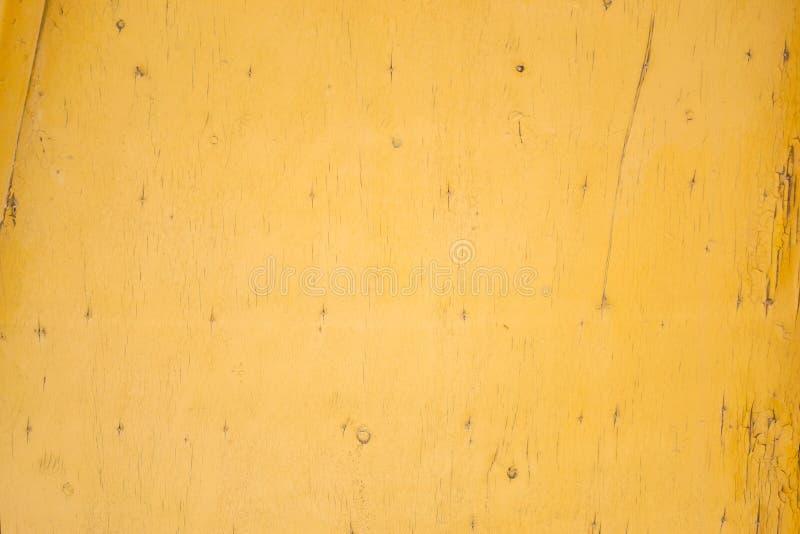 Textura do fundo pintura velha amarela em uma placa de madeira fotos de stock royalty free