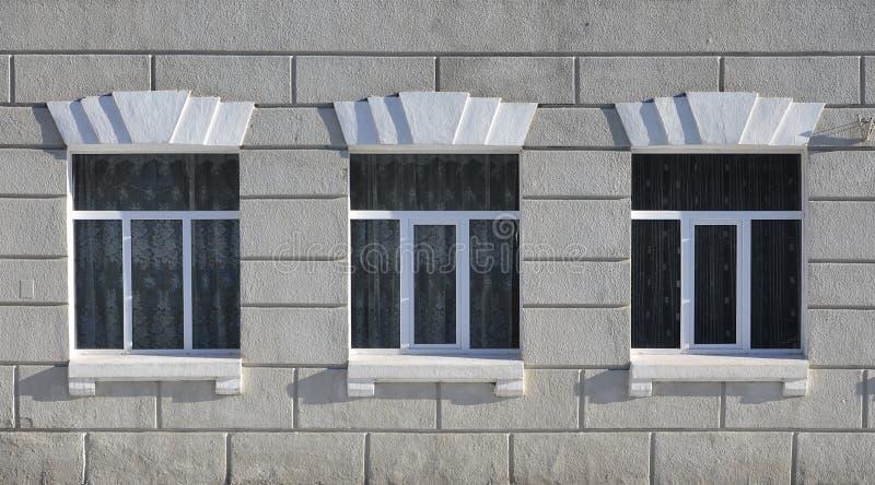 Textura do janelas modernas vitrificadas de uma construção concreta cinzenta fotografia de stock
