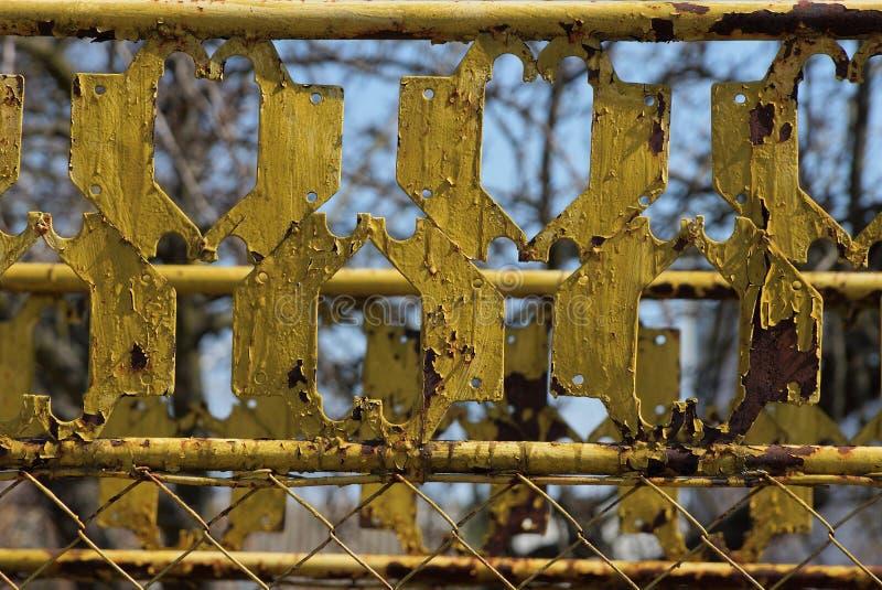 Textura do metal amarelo de uma grade velha da cerca do ferro fotografia de stock royalty free