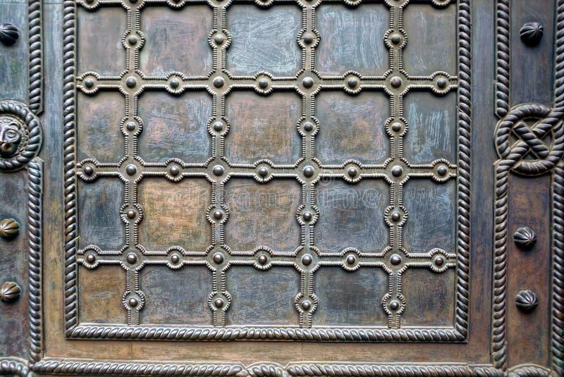 Textura do metal de um fragmento da porta velha imagens de stock