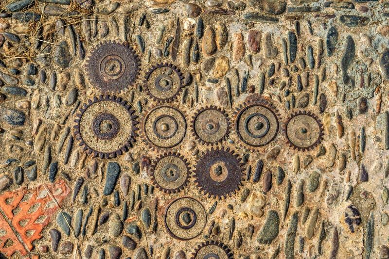 Textura do pavimento com engrenagens e tijolos em Montjuic, Barcelona, Espanha fotografia de stock